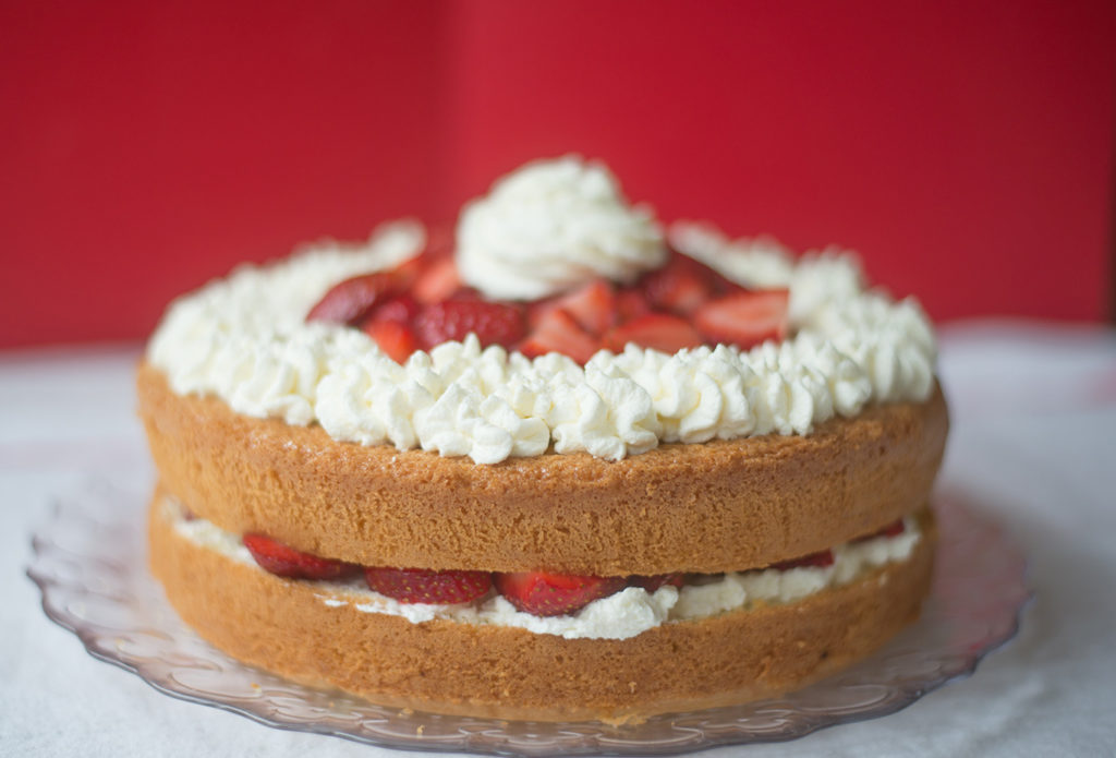 sponge-cake-with-vanilla-whipped-cream-and-strawberries